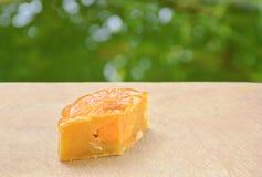 Musardez la tranche mushed de durian bourrée par dessert chinois de tradition de gâteau pour le morceau sur le bloc de côtelette image stock