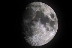 Musardez les phases avec l'ombre légère de la surface de lune avec le cratère sur le fond, l'univers et la science noirs images libres de droits