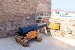 Muscat, Оман - 17-ое декабря 2018: Оружие артиллерии на форте Mutrah в Muscat, столице Омана стоковые изображения