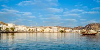 Muscat horisont med en traditionell arabisk Dhow ankrade på poen fotografering för bildbyråer