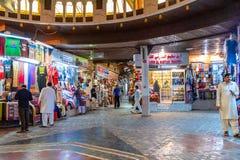 Muscat, Omán - 17 de diciembre de 2018: Pasillo y alamedas del mercado de Mutrah Souq imagen de archivo