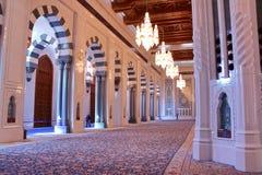 MUSCAT, OMÃ - 9 DE FEVEREIRO DE 2012: A sala da oração em Sultan Qaboos Grand Mosque em Muscat Fotografia de Stock Royalty Free