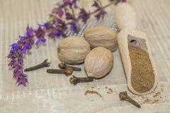 Muscat-Walnuss und purpurrote Blume Lizenzfreie Stockfotos