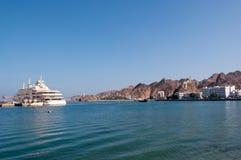 Muscateldruif Corniche die, Cruiseschip, Oman dokken Stock Afbeeldingen