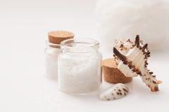 Muschel und Glas Salz Stockfoto