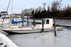 Muschelboot angekoppelt und in einem Kanal eingefroren stockfotografie