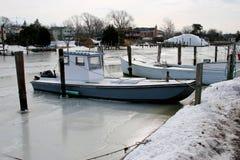 Muschelboot eingefroren in einem Hafen stockfotos