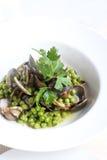 Muscheln mit Erbsen und grüner Soße Stockbild