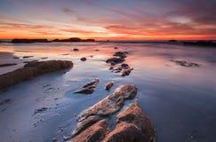 Muschio verde sulla linea formazione rocciosa e fondo di tramonto Immagine Stock Libera da Diritti
