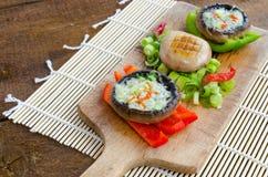 Muschrooms cocidos con queso verde fotos de archivo