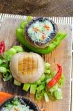 Muschrooms cocidos con queso verde imagen de archivo