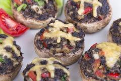 Muschrooms rellenos con los huevos, el queso y la paprika foto de archivo