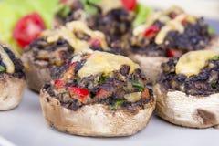 Muschrooms rellenos con los huevos, el queso y la paprika fotos de archivo libres de regalías