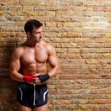 Muscle al hombre formado boxeador con el vendaje del puño Foto de archivo libre de regalías
