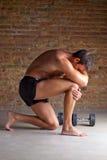 Muscle al hombre que piensa con postura del pensador Fotografía de archivo