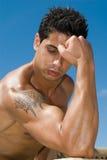 Muscle il corpo di un uomo sotto il cielo Fotografie Stock Libere da Diritti