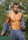 Muscle il giovane operaio sexy in vestiti da lavoro fotografie stock libere da diritti