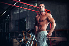 Muscle man who is posing Royalty Free Stock Photography