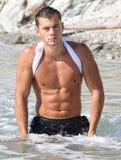 Muscle o homem despido 'sexy' molhado na água de mar Fotografia de Stock