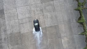 Muscle pneus ardentes do carro no começo da neutralização da raça Fotografia de Stock Royalty Free