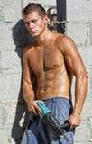 Muscle reizvollen blanken schmutzigen jungen Mann mit Bohrgerät Lizenzfreies Stockbild