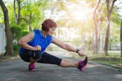 Muscles asiatiques supérieurs de bout droit de femme au parc photos libres de droits