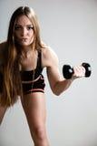 Muscles d'épaule de formation de fille de forme physique soulevant des haltères photo stock