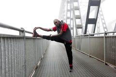Muscoli americani neri di allungamento del corridore Immagini Stock Libere da Diritti