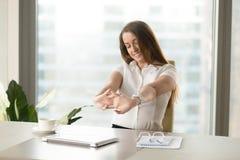 Muscoli di rilassamento della donna di affari dopo la finitura del lavoro Fotografie Stock Libere da Diritti