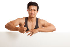 Muscular Asian man thumbs up behind  blank sign Royalty Free Stock Photography