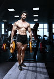 Muscular athletic bodybuilder fitness model Royalty Free Stock Photography