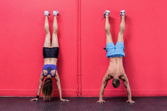 Muscular couple doing handstand exercises Royalty Free Stock Photography