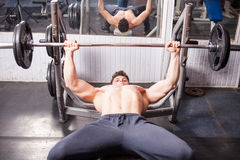 Muscular guy doing exercises in the gym Royalty Free Stock Photography
