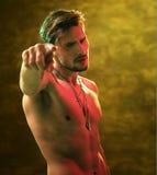 Muscular, homem do nude que aponta algo Fotos de Stock