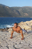Muscular man on Bench press execises Royalty Free Stock Photos