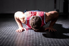 Muscular man doing push-ups Royalty Free Stock Photography