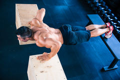 Muscular man doing push ups on fit box Royalty Free Stock Photos