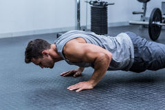 A muscular man doing a pushups Royalty Free Stock Photography