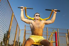 Muscular man doing weightlifting Royalty Free Stock Photos
