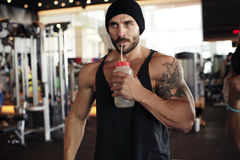 Muscular man drinking water Royalty Free Stock Photography