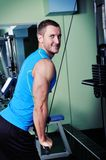 Muscular man exercise in a gym Royalty Free Stock Photos