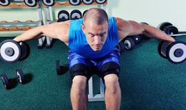 Muscular man exercise in a gym Royalty Free Stock Photo