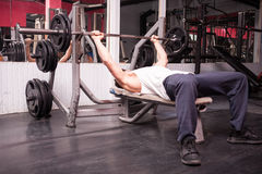 Muscular man exercising in the gym Royalty Free Stock Photography