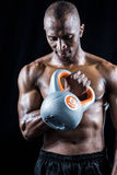 Muscular man exercising with kettlebell Royalty Free Stock Photos