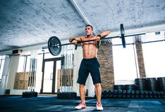 Muscular man lifting barbell Royalty Free Stock Photos