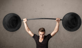 Muscular man lifting weights Royalty Free Stock Photography