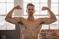 Muscular man showing biceps Royalty Free Stock Photography