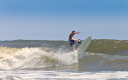 Muscular man surfing Royalty Free Stock Photography