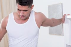 Muscular man training at home Royalty Free Stock Photography