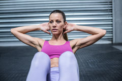 Muscular woman doing abdominal crunch Royalty Free Stock Images